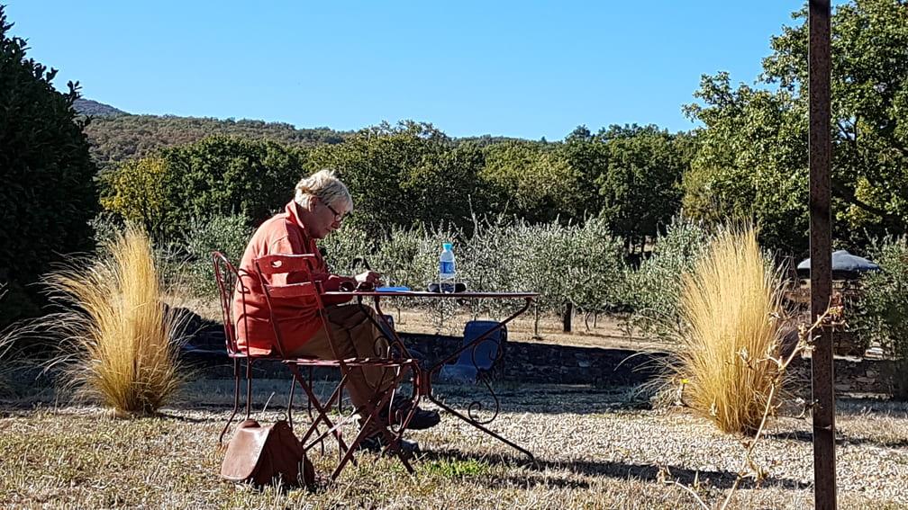Dame écrivant dans un jardin